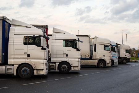 транспорт: PRAQUE, ЧЕХИЯ-ноябрь 11, 2015: Европейский автомобиль Грузовые автомобили в остановке парка автомобилей для перевозки в терминал, Praque Чехии.