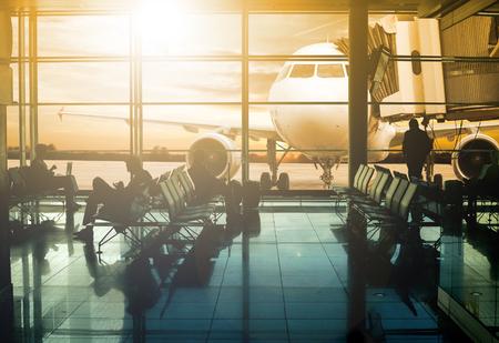 gente aeropuerto: terminal del aeropuerto, espera de los pasajeros para el transporte con el concepto de la silueta.
