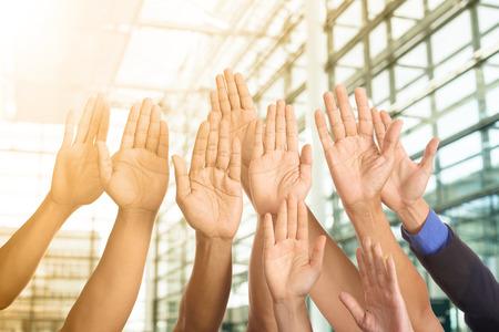 Zakenman tonen handen voor werk samen concept. Stockfoto
