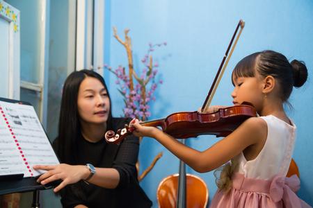 nauczyciel gry na skrzypcach uczy muzyki w szkole