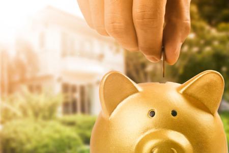 banco dinero: Ahorrar dinero para prepararse para comprar casa con el concepto de la hucha Foto de archivo