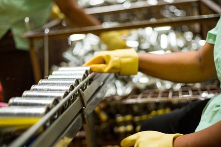 Werknemer ruimt grondstof schoon Sardines vissen voor verzending naar productielijn in visfabriek In blik