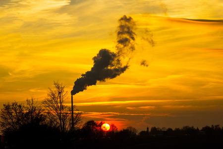 atmosfera: de salir de f�brica malos humos a la atm�sfera, que es gran problema de la contaminaci�n
