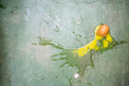 huevo blanco: Huevo roto en el suelo verde.