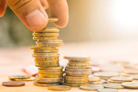 Bespaar geld met stapel geld munt voor het kweken van uw bedrijf Stockfoto