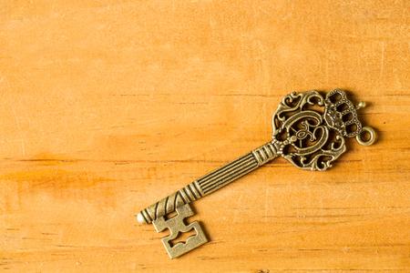 Vintage chiave singola con sulla tavola di legno.