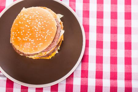 renounce: Hamburger Fast food on table.