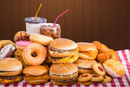 comida chatarra: Tipo múltiplo de comida rápida en la mesa. Foto de archivo