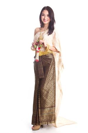Les femmes thaïlandaises accueillent avec un costume traditionnel thaïlandais en studio