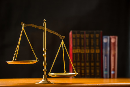 balanza de la justicia: Justicia de la escala con el fondo negro Foto de archivo