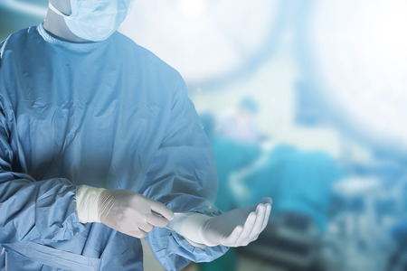 guantes: equipo m�dico de la preparaci�n del equipo para la cirug�a en la sala de operaci�n
