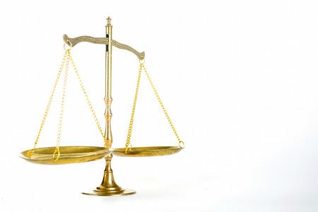 balanza justicia: Justicia de escala con el fondo blanco. Foto de archivo