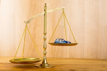 balanza justicia: accidente de coche necesita a la justicia en caso de que no pueda negociaciones Foto de archivo