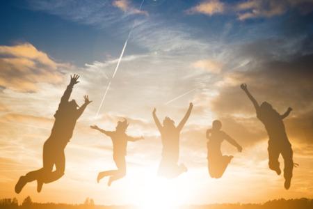 personas saltando: Saltando las personas para disfrutar con su viaje, silueta concepto.