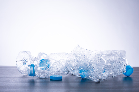 reciclable: Reciclar botellas de pl�stico usadas pueden reciclables de residuos. Foto de archivo