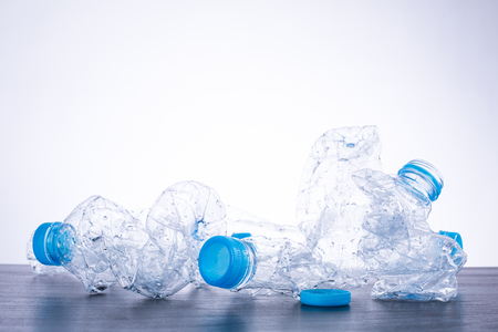 reciclable: Reciclar botellas de plástico usadas pueden reciclables de residuos. Foto de archivo