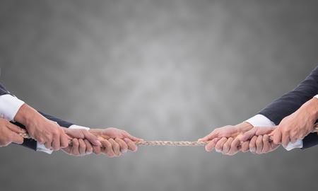 Touwtrekken het bedrijfsleven, de concurrentie strijd trekkoord uitdaging concept.
