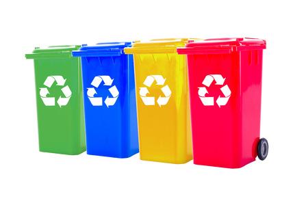 papelera de reciclaje: Papelera de reciclaje colorido de basura su basura y tipo de objeto independiente para su reutilización proteger nuestro medio ambiente. Foto de archivo