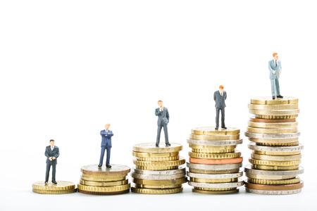 ganancias: equipo de finanzas, pila de dinero modelo de negocios de pie para mostrar el progreso creciente declaraciones. Foto de archivo