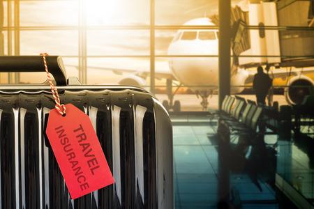 귀하의 여행을 보호하기 위해 태그 종이로 여행 보험 가방. 스톡 콘텐츠