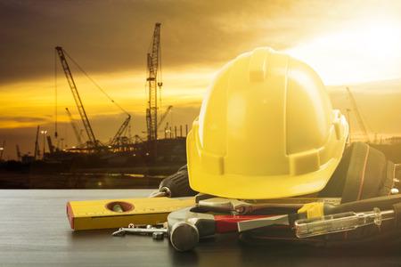 労働日のツールと建設現場での作業のための機器を配置します。