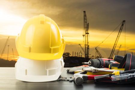 herramientas de trabajo: herramientas del Día del Trabajo y equipos para el trabajo en su lugar emplazamiento de la obra.