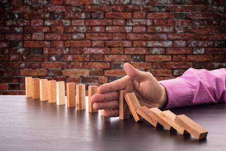 hombre de negocios usando la mano para la solución de gestión.