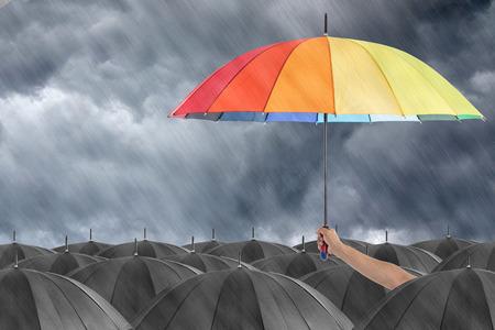 Verschiedene bunten Regenschirm Halte Show für aus der Menge zu identifizieren.