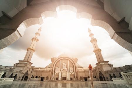 Malasia muchedumbre musulmanes rezan en la mezquita Wilauah Kuala lumpur.Ramadan Islam. Foto de archivo - 60391674