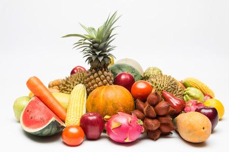 Les fruits tropicaux isolés avec un fond blanc.