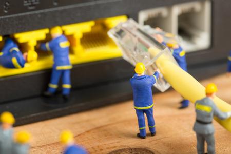 Het technicusteam verbindt het netwerk van de kabeldraad met router Stockfoto