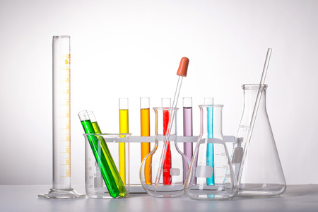 material de vidrio: Cristaler�a de la qu�mica matraz de laboratorio de pruebas. Foto de archivo