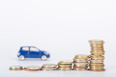 흰색 배경 가진 자동차 금융 돈 스택입니다.