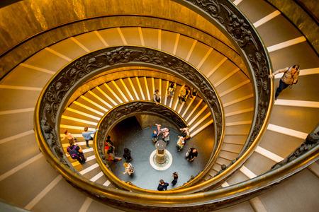 ROM, ITALIEN 18. OKTOBER 2016: Gewundene Treppe für Leute gehen, um im Vaticanmuseum zu gehen Editorial