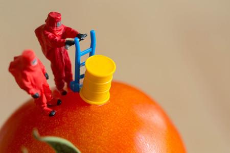 Het concept van het voedselgevaar voor bericht en herinnert mensen gevaarlijk gezondheidslichaam eraan.
