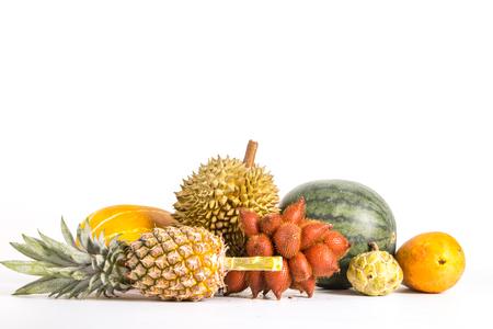 guayaba: Múltiples de frutas tailandesas con fondo blanco.