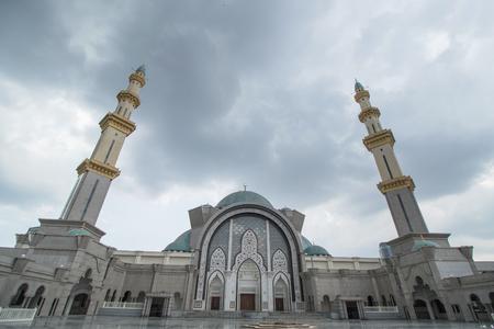 マレーシアのイスラム教徒の人々 はモスク Wilauah クアラルンプールで祈る。ラマダンのイスラム。 写真素材