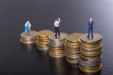Stap omhoog groeien zakelijk geld concept met stapel geld munt.