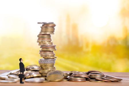 Passief inkomen, zakenman die op wachtgeld zit, stroomt naar zijn rekening.