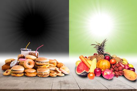 건강한 음식 대 당신의 건강한 삶을위한 정크 푸드 선택 개념 스톡 콘텐츠