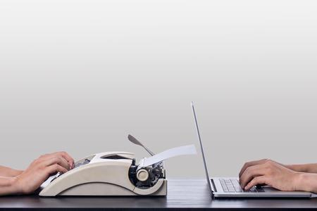 Oude en nieuwe technologie-laptop en typewritter op de tafel.