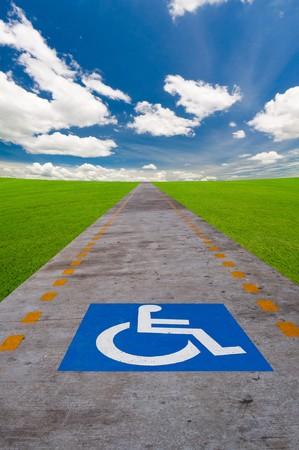 personas discapacitadas: placa de signo de discapacitados en el camino