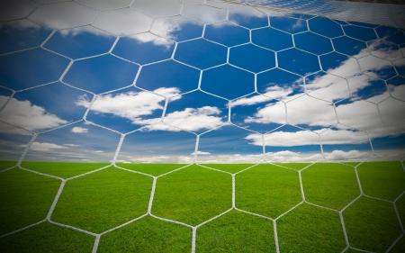 objetivo de fútbol bajo el cielo azul
