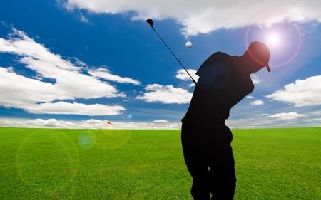 golf drapeau: parcours de golf sous le ciel bleu  Banque d'images