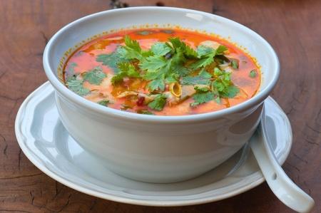 curry: Sopa de limoncillo picante de camarones, un tipo de comida tailandesa