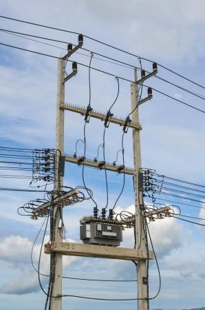 electricidad industrial: Transformador de distribuci�n de energ�a el�ctrica, con aletas de refrigeraci�n