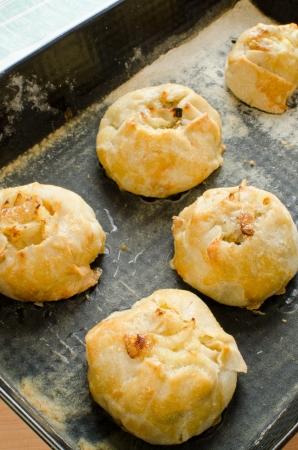 Knishes met aardappel en ui op bakplaat - Joodse gebak Stockfoto - 14823002