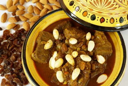 Mrouzia - Marokkaanse Tagine met Rozijnen, Amandelen en honing Stockfoto - 14874455