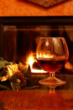 Kerst brandy door open haard
