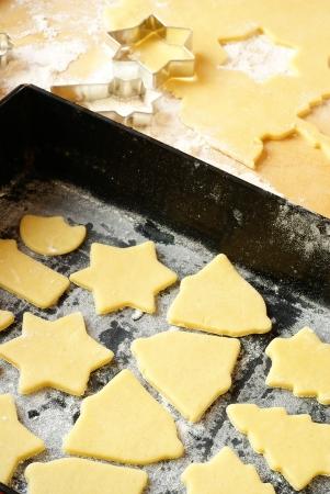 Het voorbereiden van de koekjes van Kerstmis